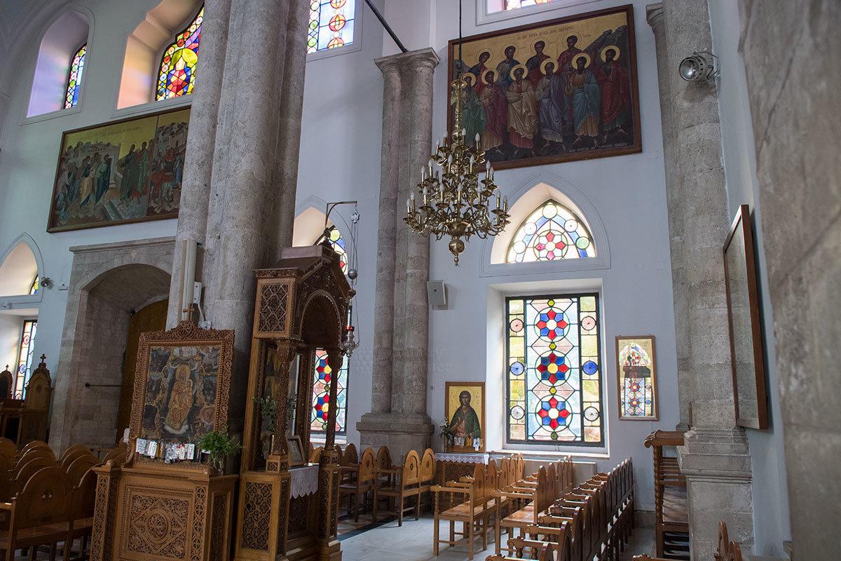 Собор Святого Тита имеет необычной формы колонны из нескольких сомкнутых стволов, возле которых размещены иконы.