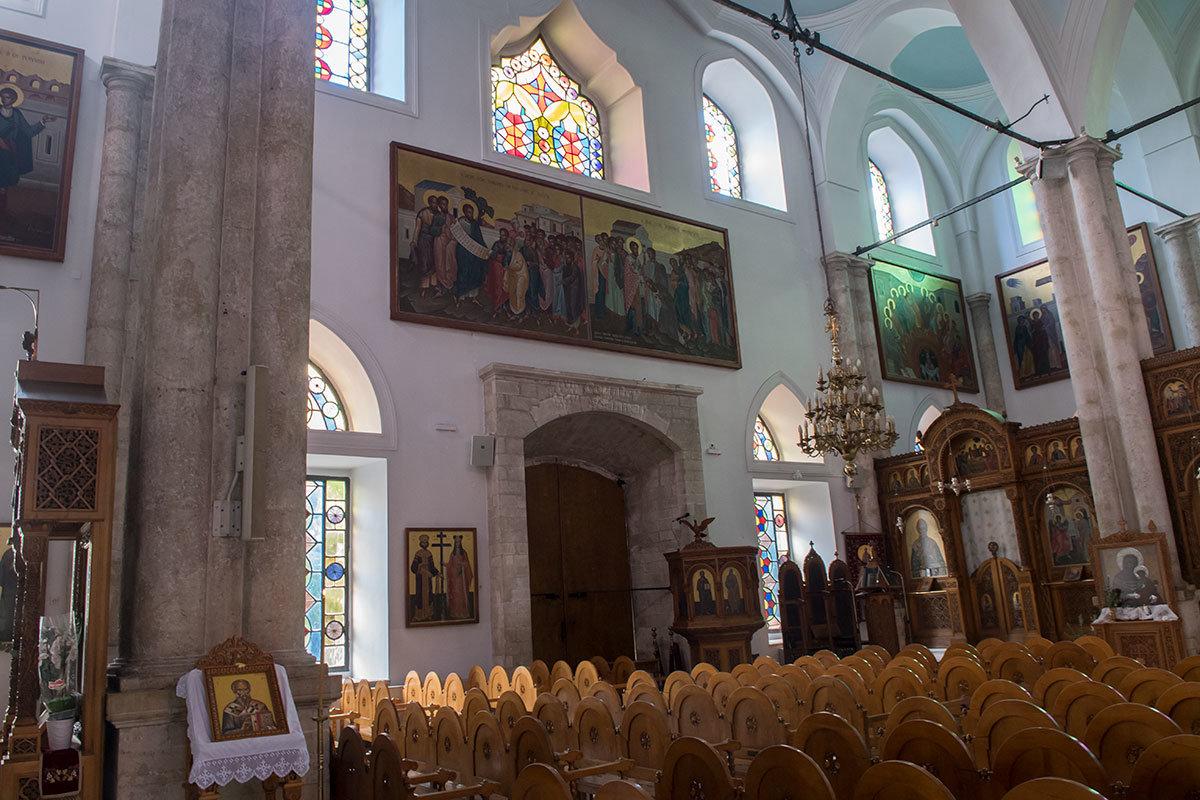 Цветные витражи в оконных проемах – еще одно отличие собора Святого Тита от большинства других православных храмов.