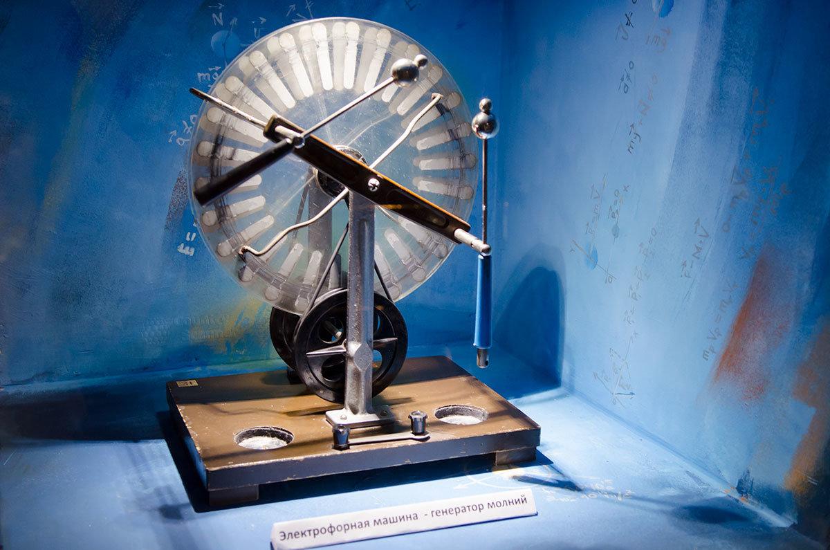 Генератор молний, то есть установка для демонстрации электрических разрядов в лаборатории занимательных опытов.