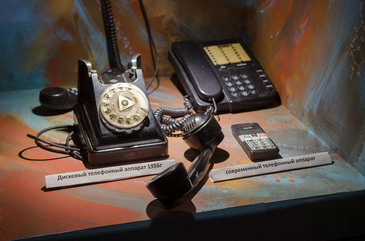Лаборатория занимательных опытов напоминает об эволюции телефонных аппаратов, от проводных с дисками до современных сотовых.