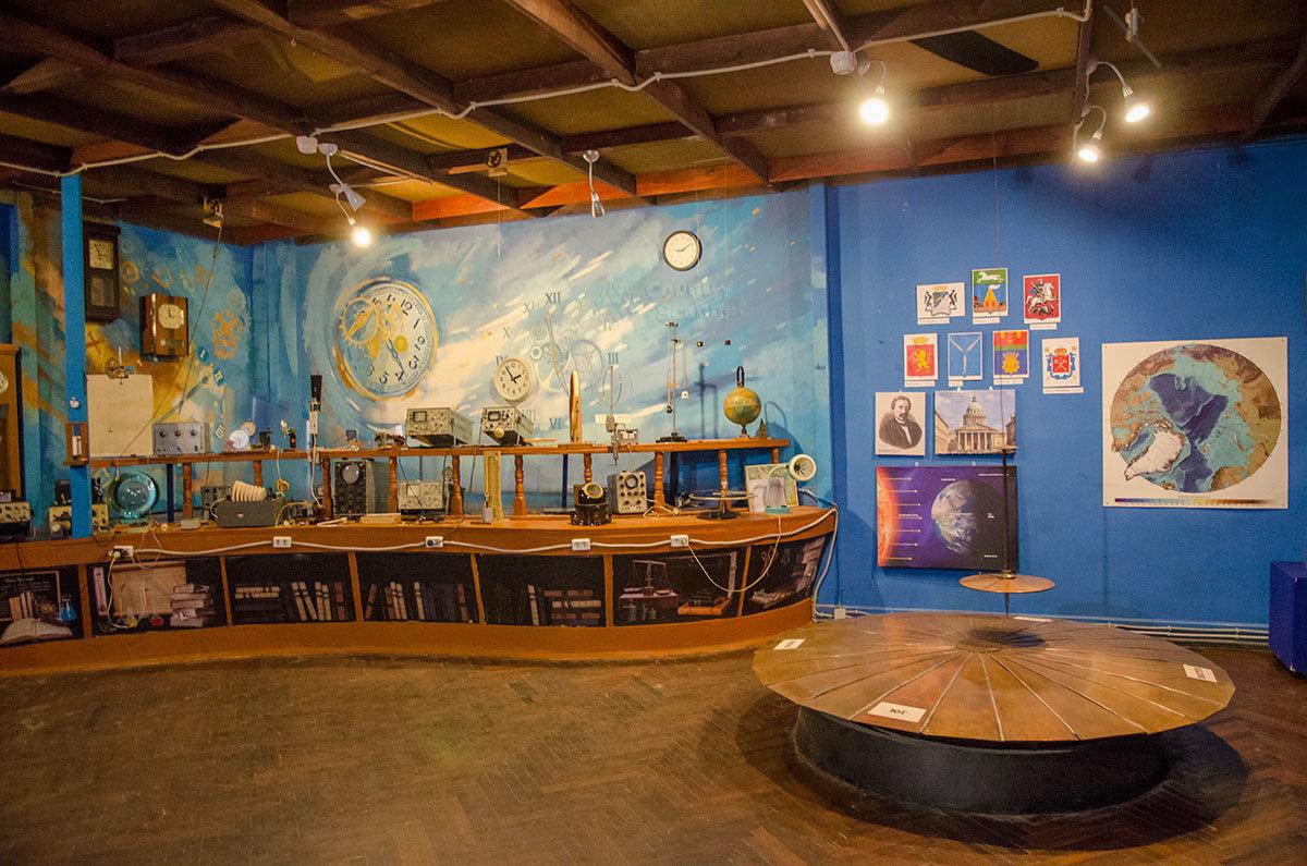 Оформление одного из помещений лаборатории занимательных опытов, где демонстрируется маятник Фуко.
