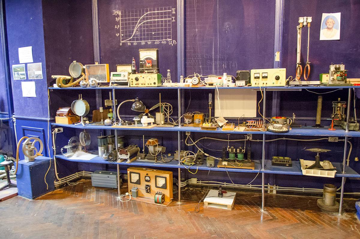 Стеллажи со всевозможной аппаратурой, приборами и установками для экспериментов в лаборатории занимательных опытов.