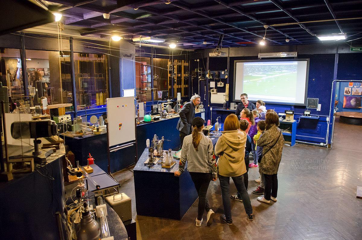 Молодежная аудитория восприимчива к научной информации, получаемой в лаборатории занимательных опытов.