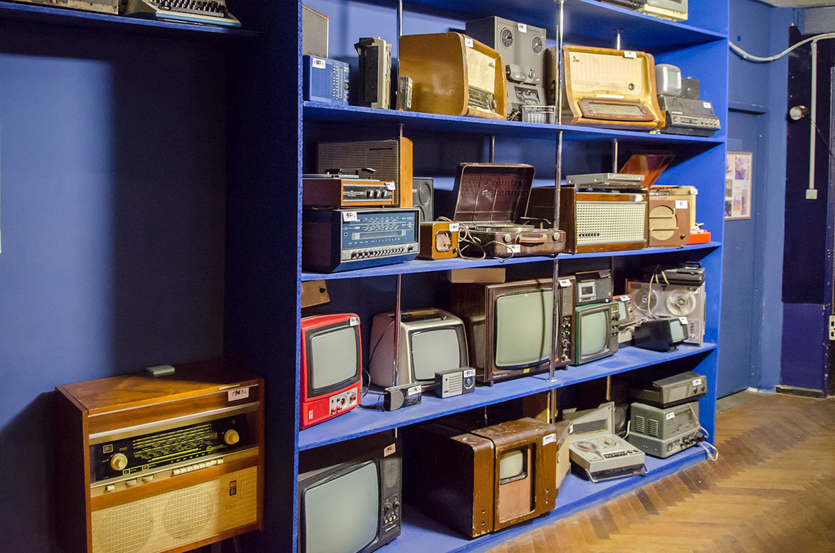 Образцы устаревшей аппаратуры – телевизоров, радиоприемников. Магнитофонов и проччих устройств в коллекции лаборатории занимательных опытов.