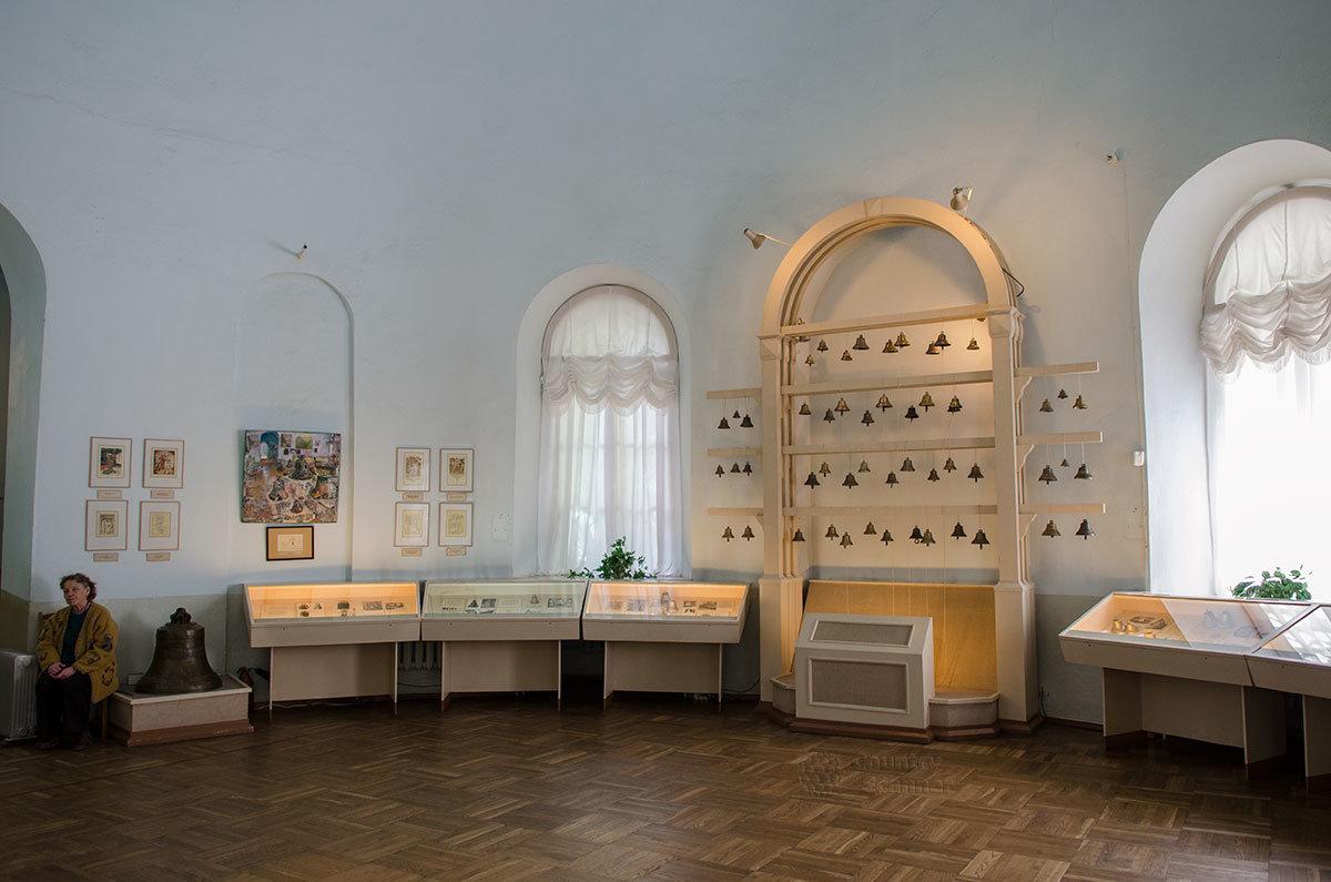Общий вид выставочного помещения Валдайского музея колоколов в помещении бывшей путевой церкви.