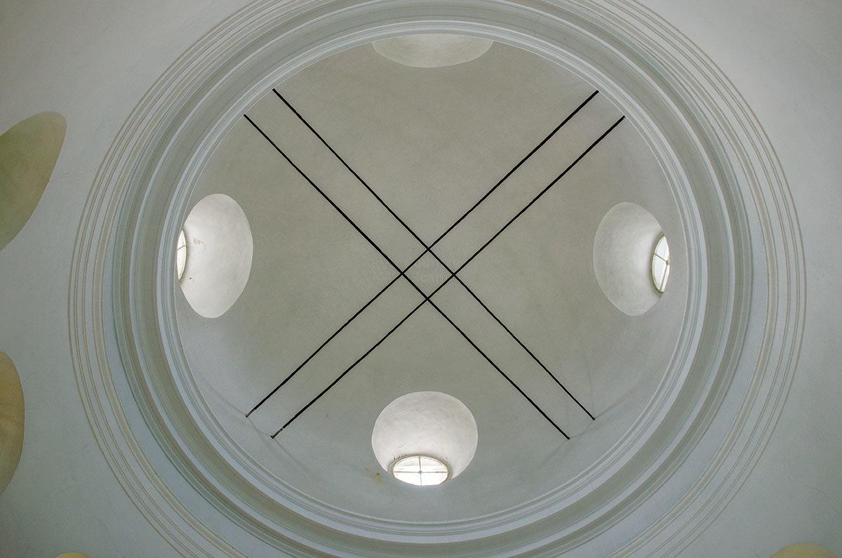 Незатейливый потолок здания Валдайского музея колоколов освещается через четыре люкарны в полусферическом куполе.