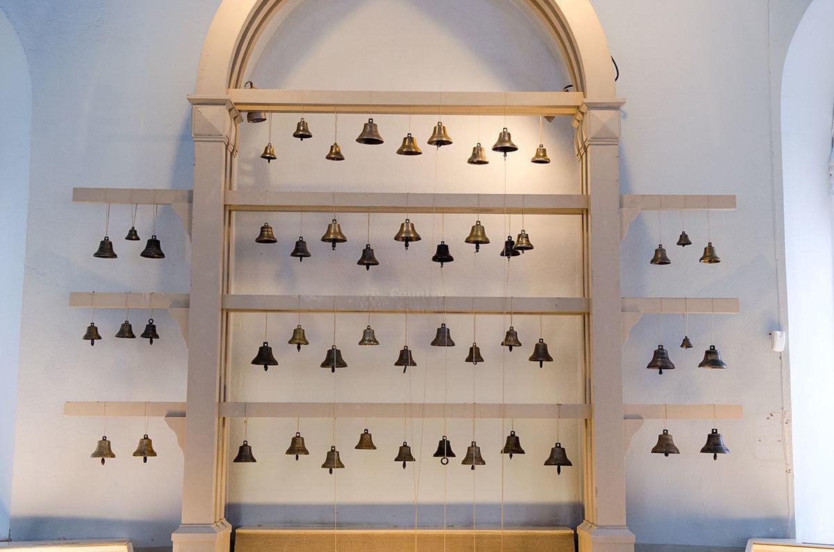 Выставочные стенды Валдайского музея колоколов своими очертаниями напоминают дуги конных повозок, которые они украшали.