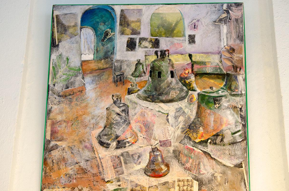 Модернистская картина на мотивы экспонируемых изделий представлена в экспозиции Валдайского музея колоколов.