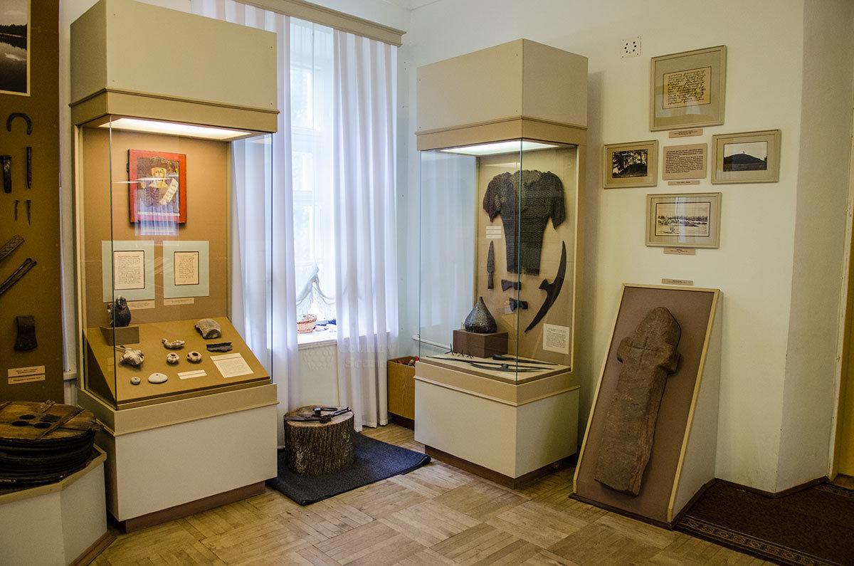 Историческая экспозиция музея уездного города включает древнейшую надгробную плиту, доспехи русского воина и образцы вооружения.