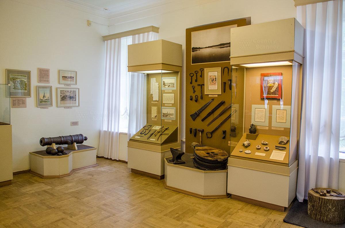 Примечательные экспонаты музея уездного города – ствол артиллерийского орудия с ядрами, в витрине кузнечные приспособления и изделия кузнецов.