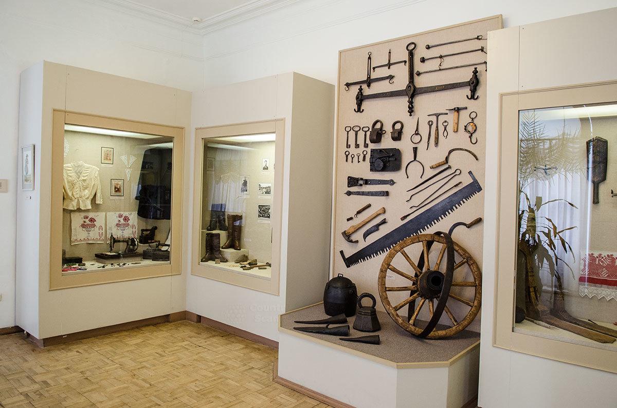 Народные промыслы и изделия ремесленников представлены в соответствующем разделе экспозиции музея уездного города.