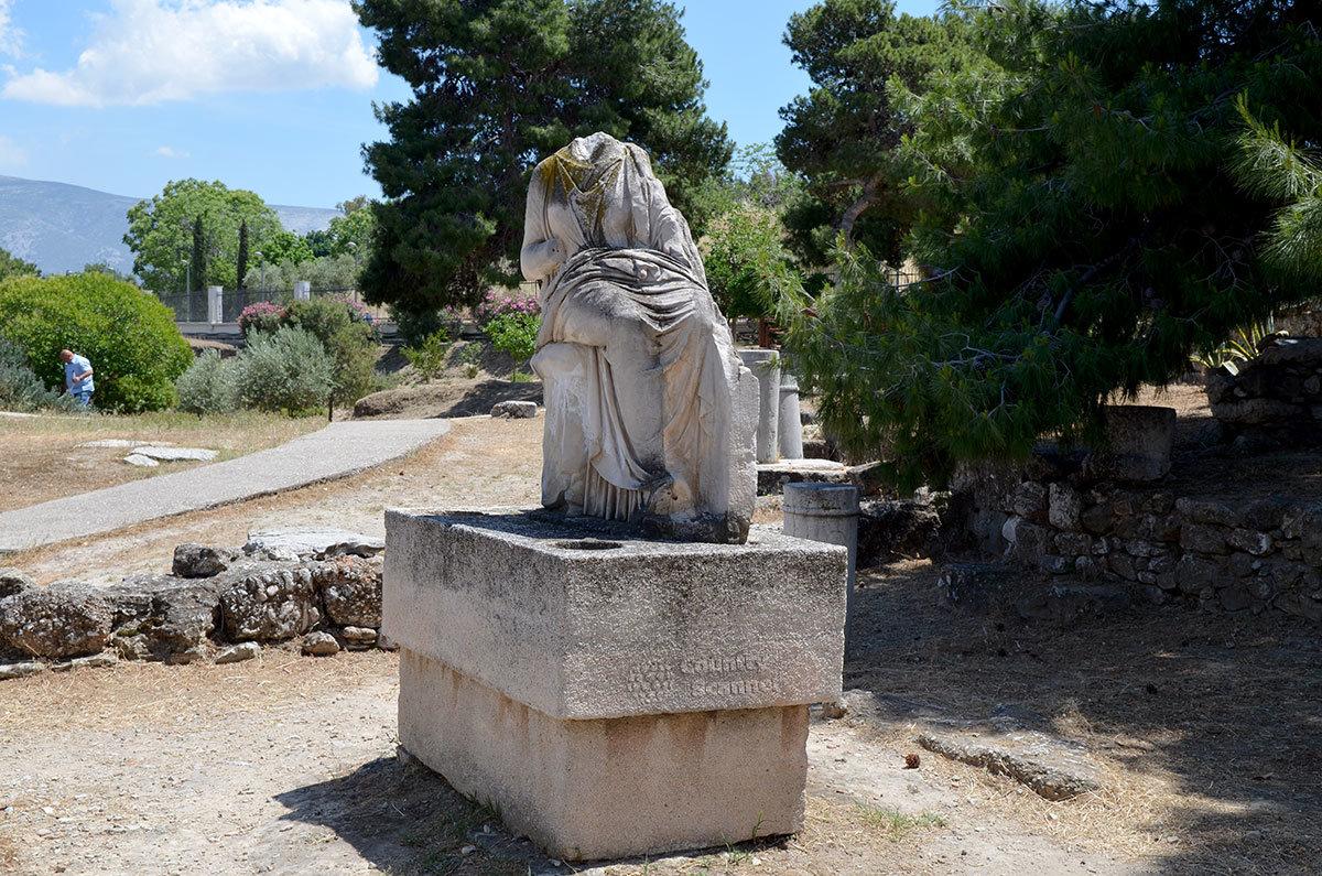 Не все надгробия кладбища Керамикос без повреждений пережили многовековое погребение.