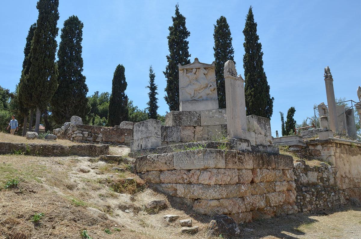 Красочный барельеф воинственного содержание украшает одно из надгробий кладбища Керамикос.