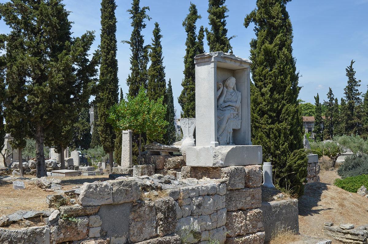 Фигуры сестер Деметрии и Памфилии, погребенных на кладбище Керамикос, изваяны в каменном обрамлении в виде храма – наиске.
