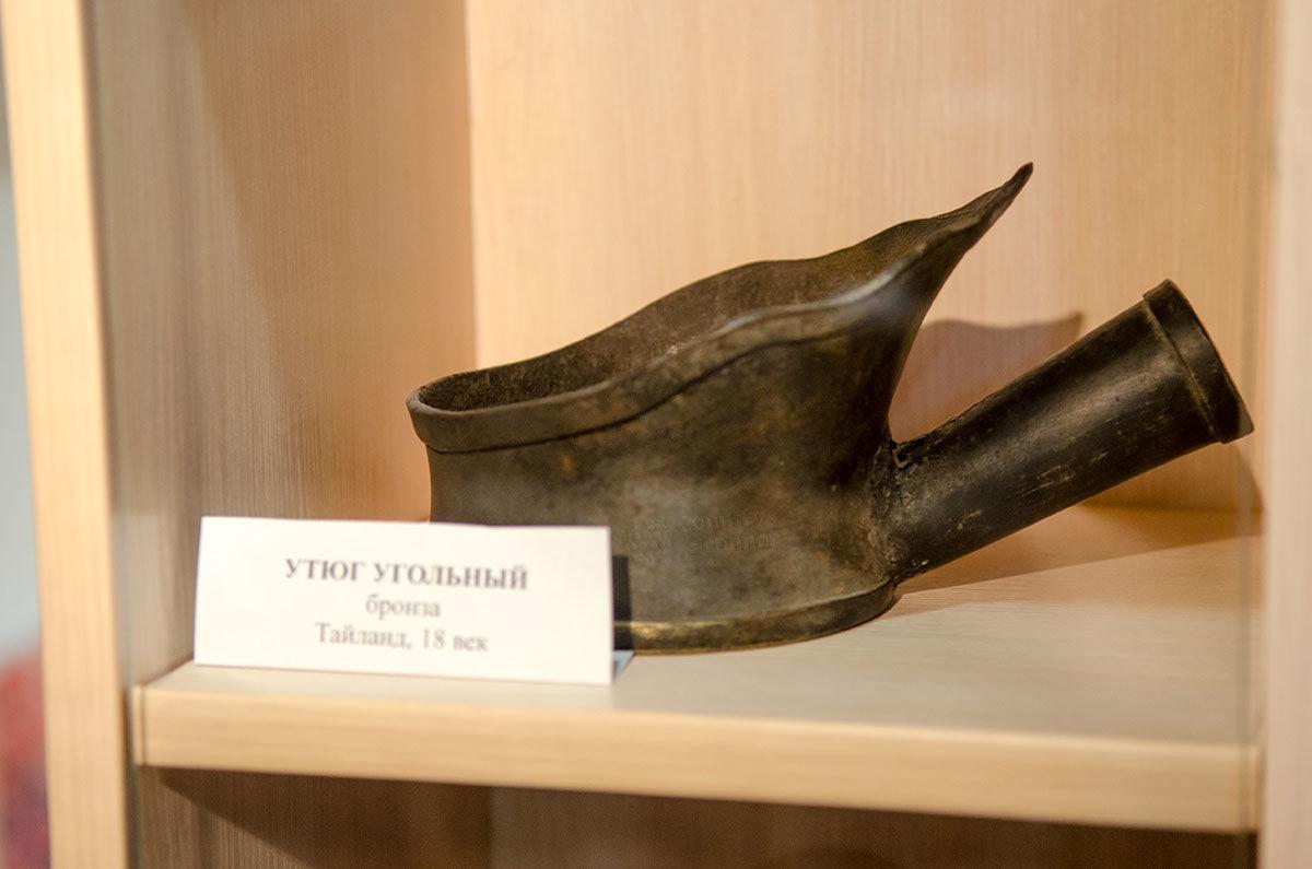 Старейший экспонат, которым располагает музей утюга – бронзовое изделие тайских мастеров.