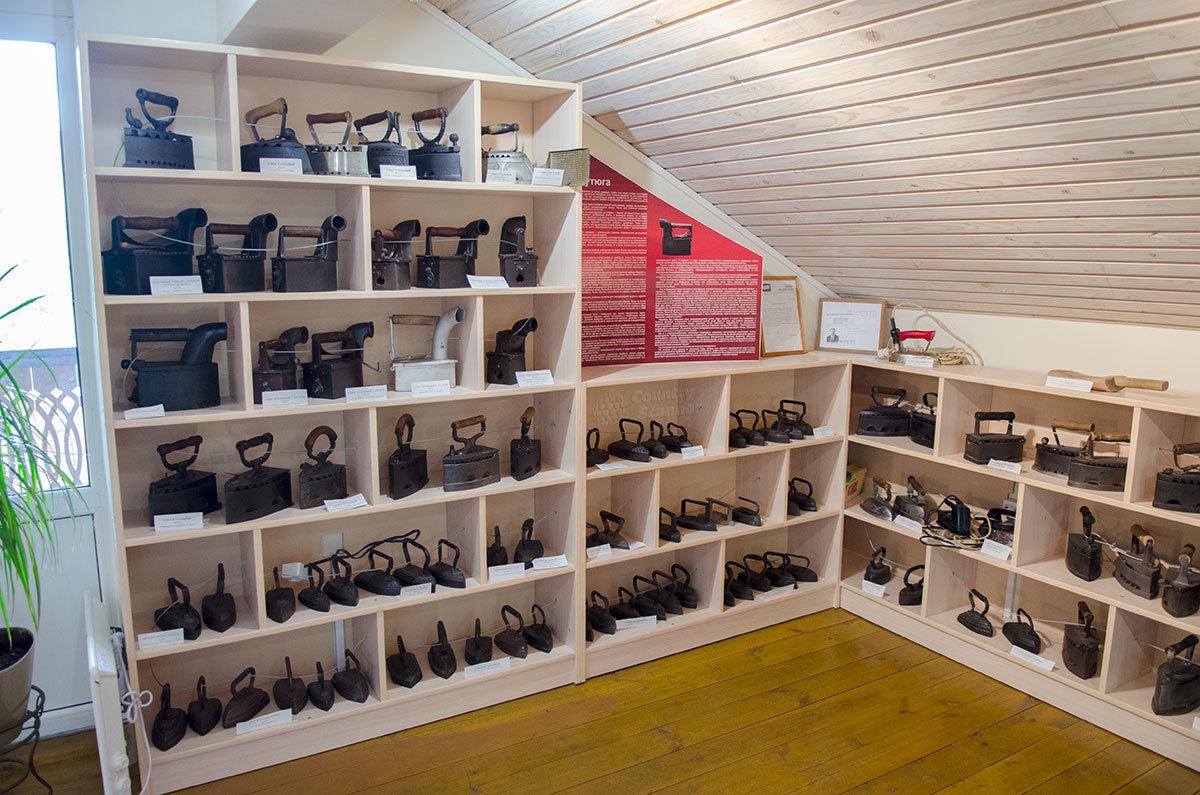 Музей утюга располагается на втором этаже здания сувенирного магазина на территории экспозиции деревянного зодчества.