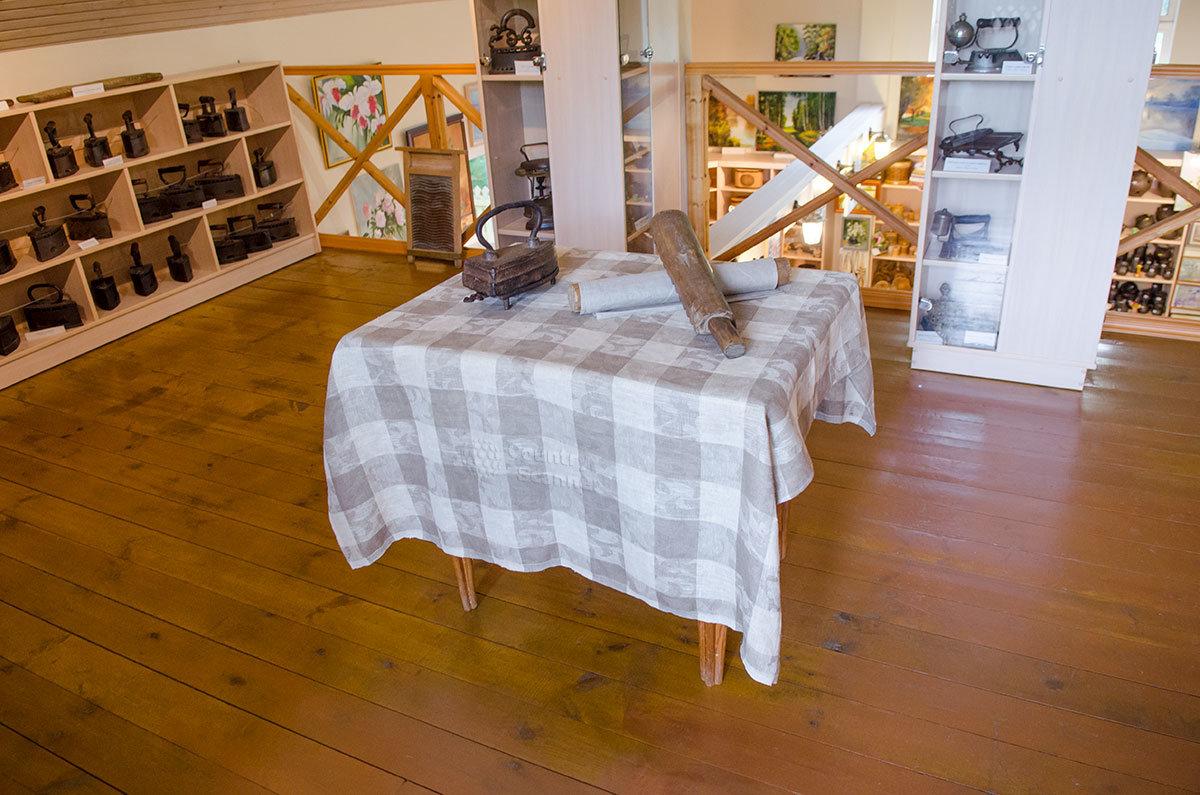 На выставленном в центре зала столе музей утюга демонстрирует старинные орудия для глажения и обогреваемый углями утюг.