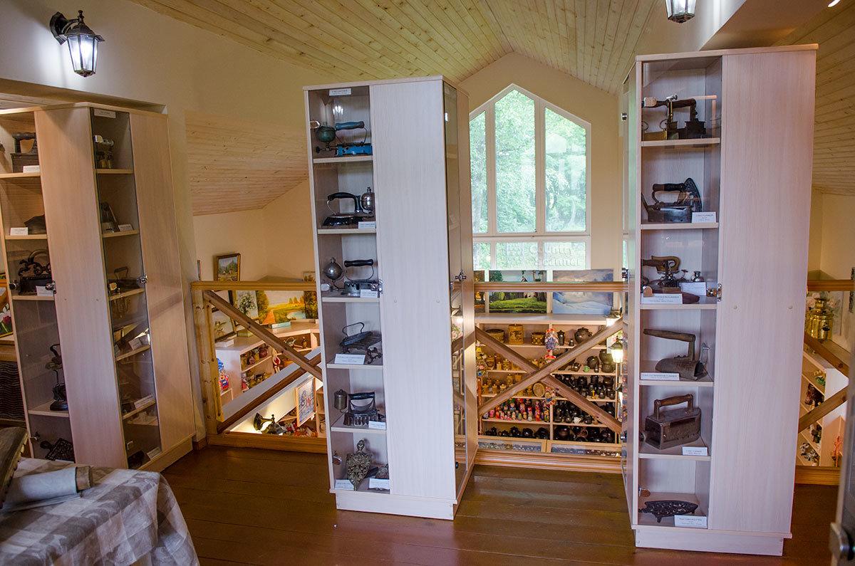 Осматривая многочисленные экспонаты, которые собрал музей утюга, посетители одновременно видят ассортимент товаров сувенирной лавки на первом этаже.