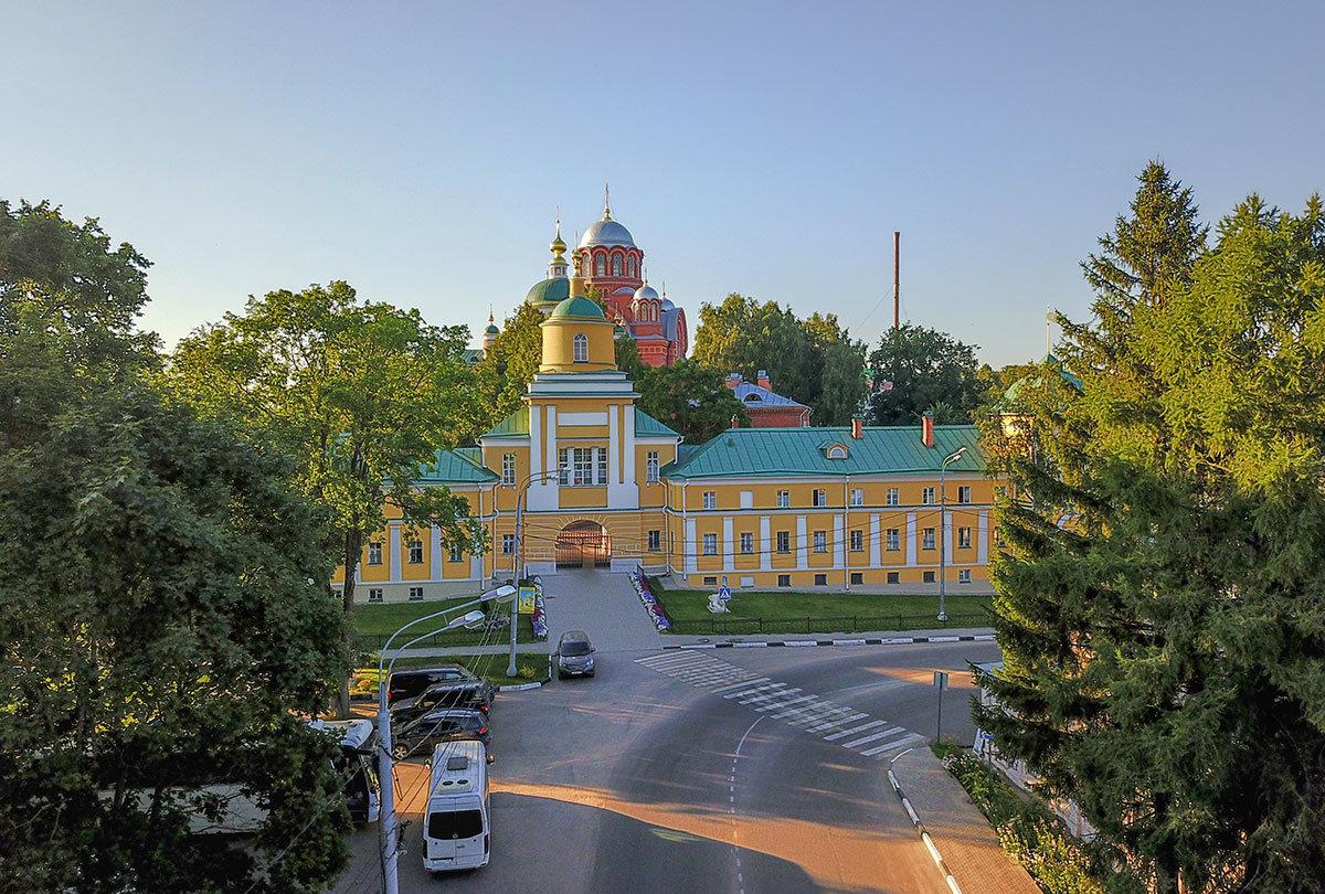 Въездными Водяными воротами Покровский монастырь встречает подъезжающих со стороны реки Пажи.