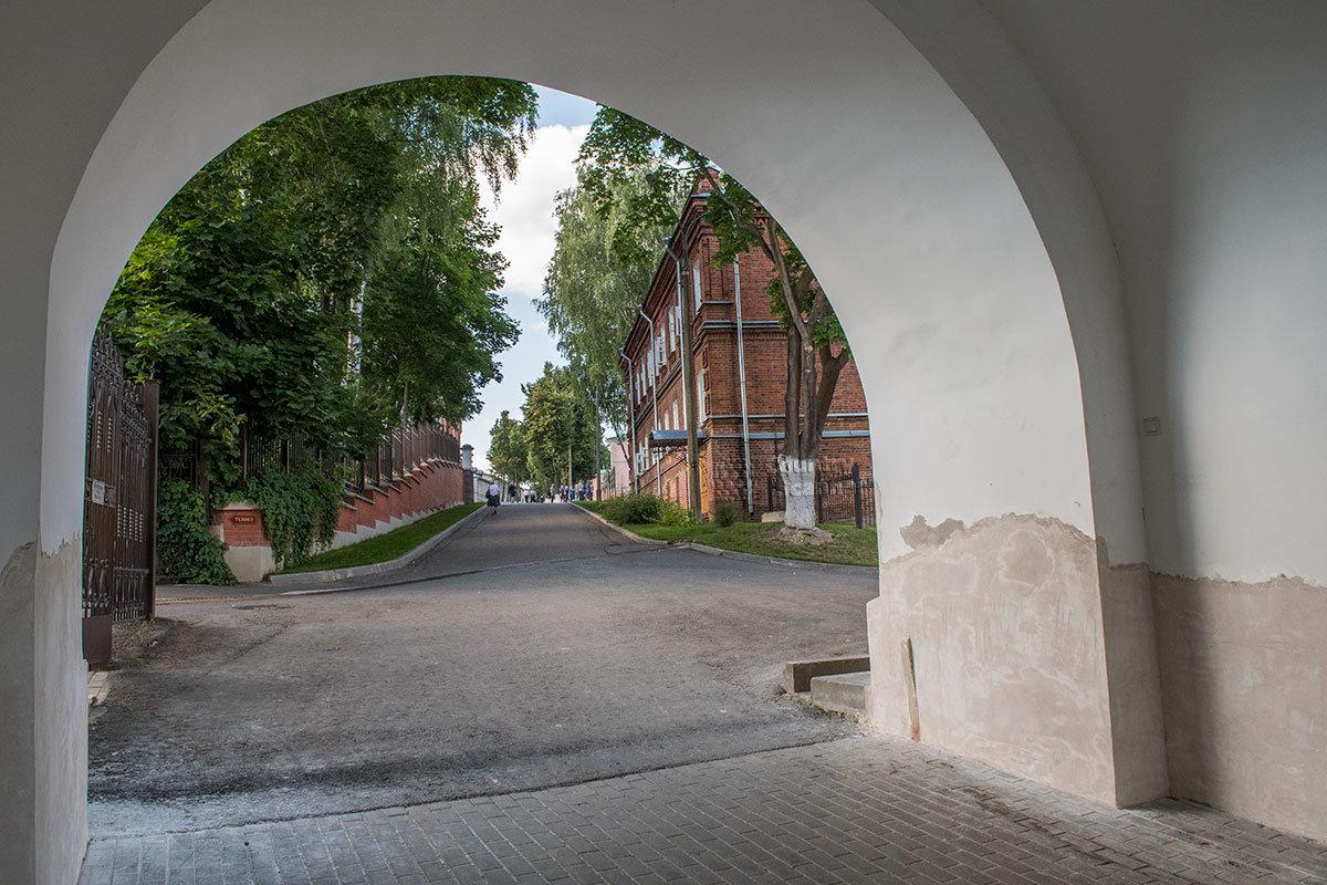 Арка Водяных ворот Покровского монастыря открывает вид на территорию обители, в давние времена здесь шла дорога в Троице-Сергиеву лавру.