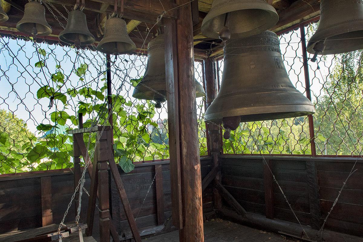 Колокола в наземной звоннице, воссозданной в том виде, в каком она была выстроена при ремонте храма Покровского монастыря.
