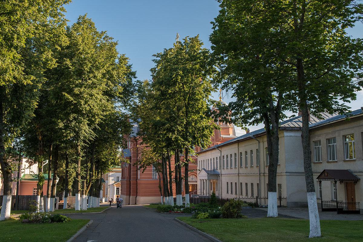 Внутренний двор обители вмещает весь комплекс сооружений Покровского монастыря.