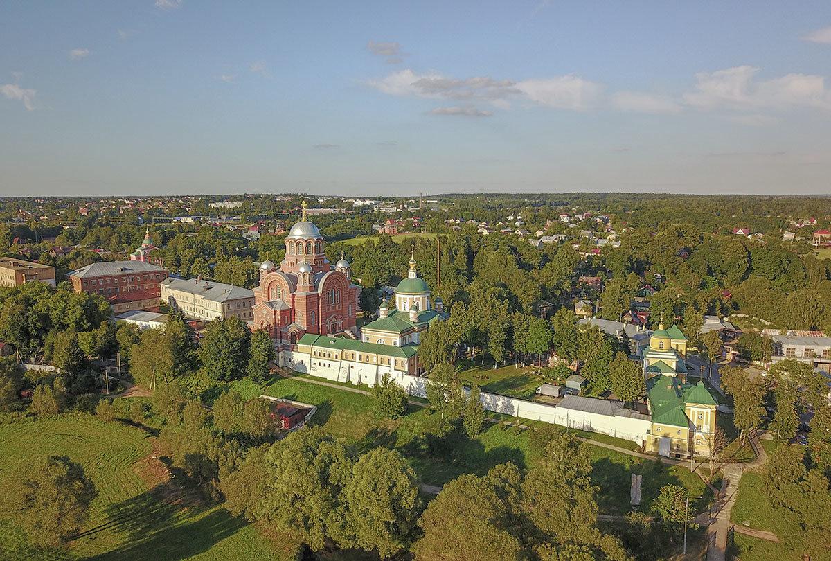 Высотный снимок территории Покровского монастыря позволяет рассмотреть детально планировку обители и отдельные строения.