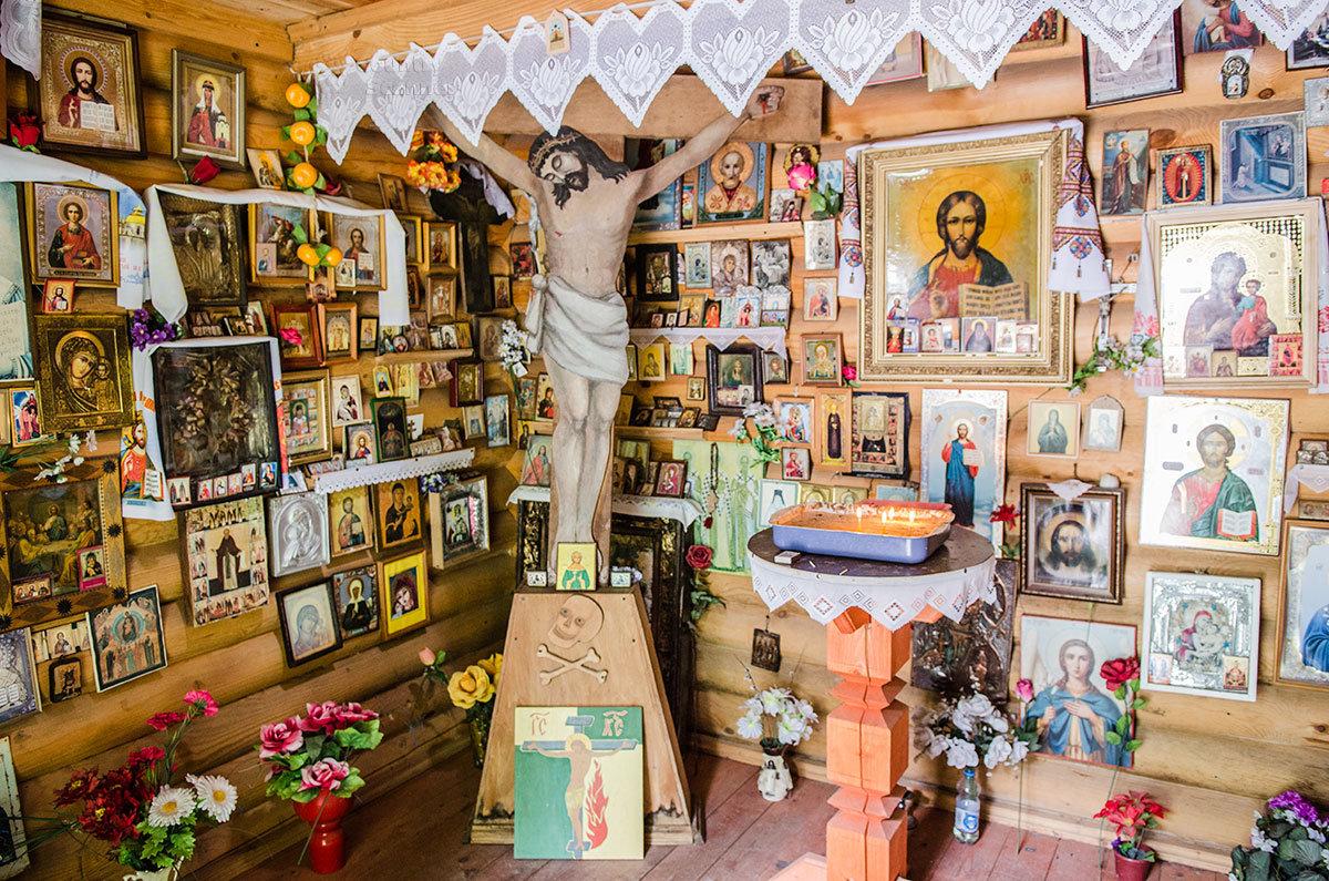 Внутреннее убранство часовни во имя Тихвинской иконы Божьей Матери возле источника Текунок вблизи озера Ужин.