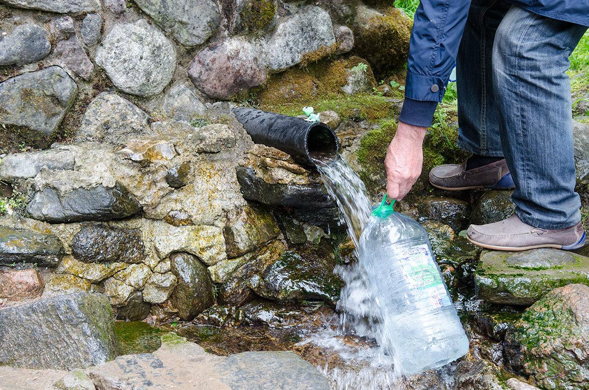 Целебную воду источника Текунок набирают во всю имеющуюся тару проезжающие мимо туристы и местные жители.