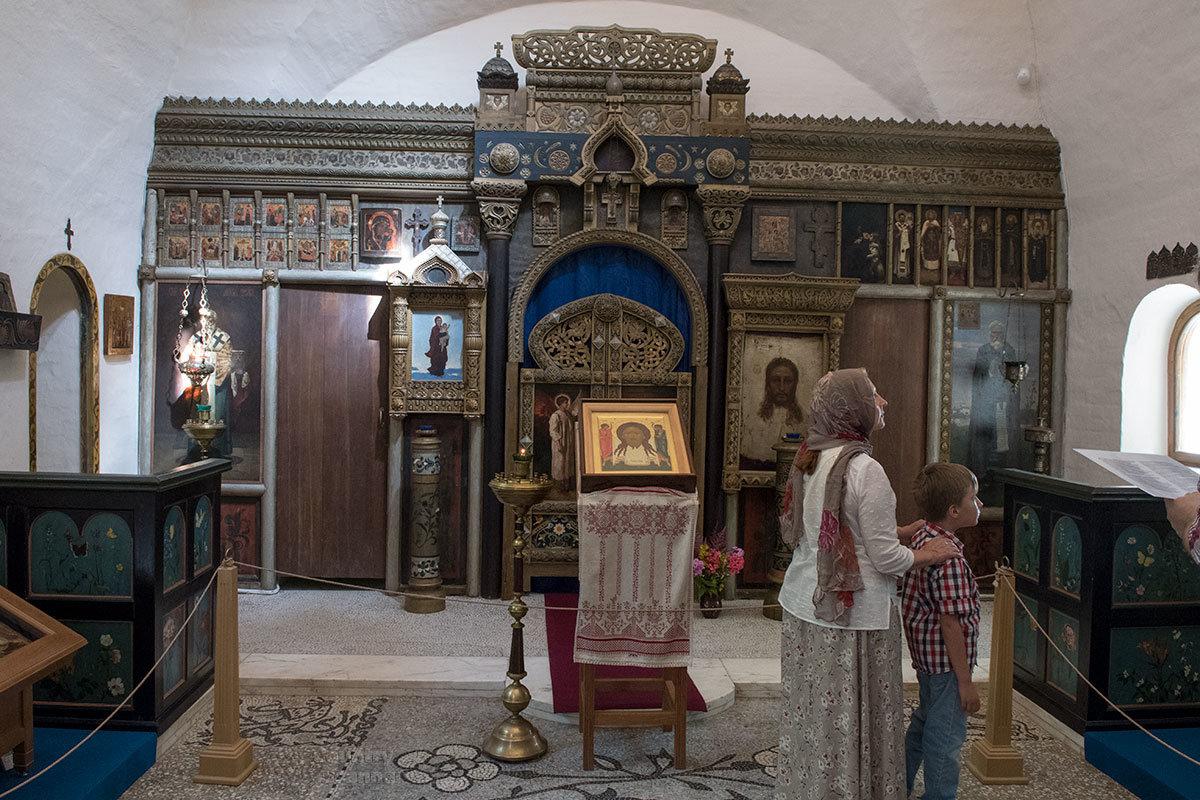Иконостас алтаря церкви Спаса Нерукотворного в усадьбе Абрамцево содержит иконописные работы Васнецова, Репина и других живописцев.