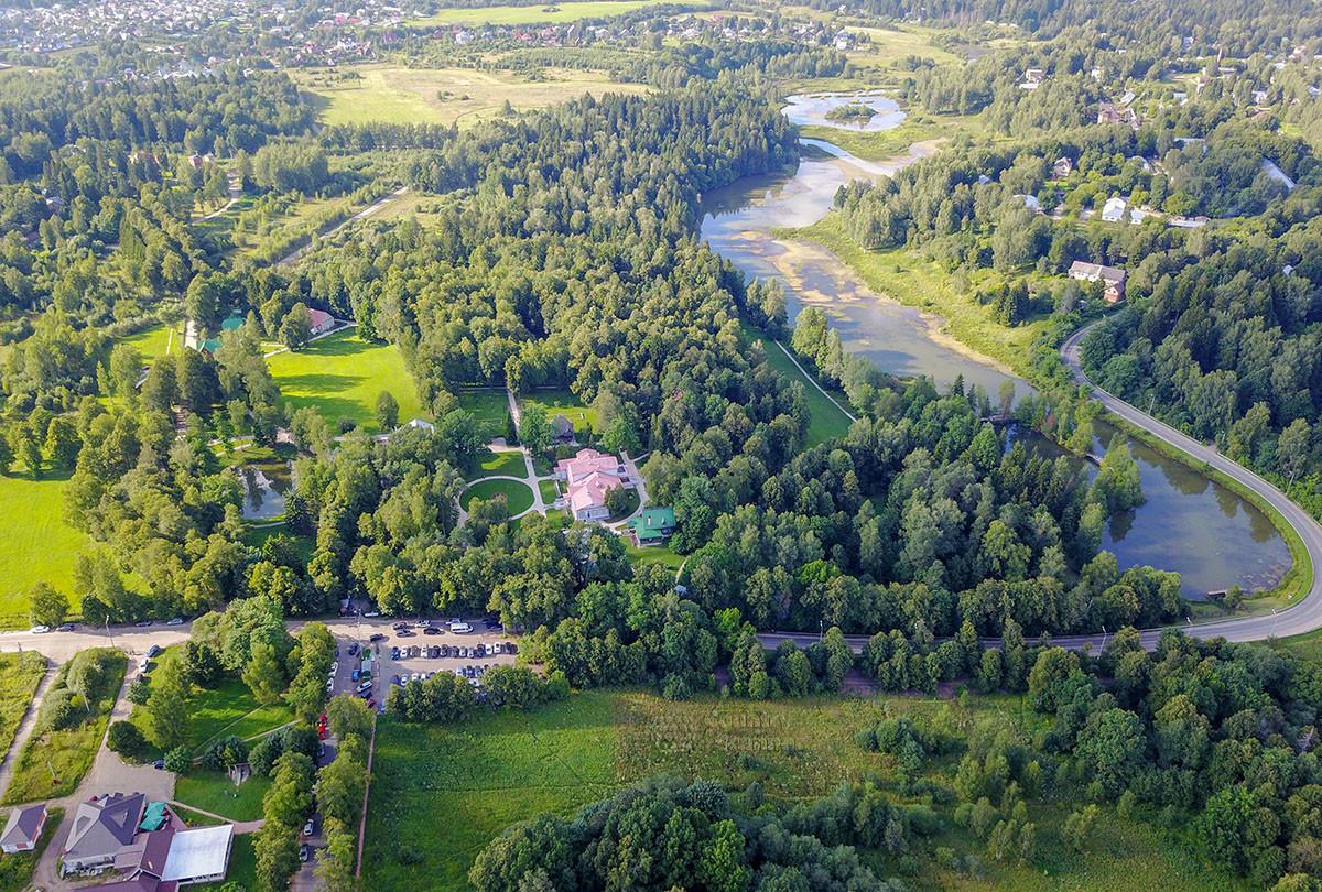 Выполненный беспилотным аппаратом высотный снимок окрестностей усадьбы Абрамцево позволяет обозреть и оценить красоту здешней природы.