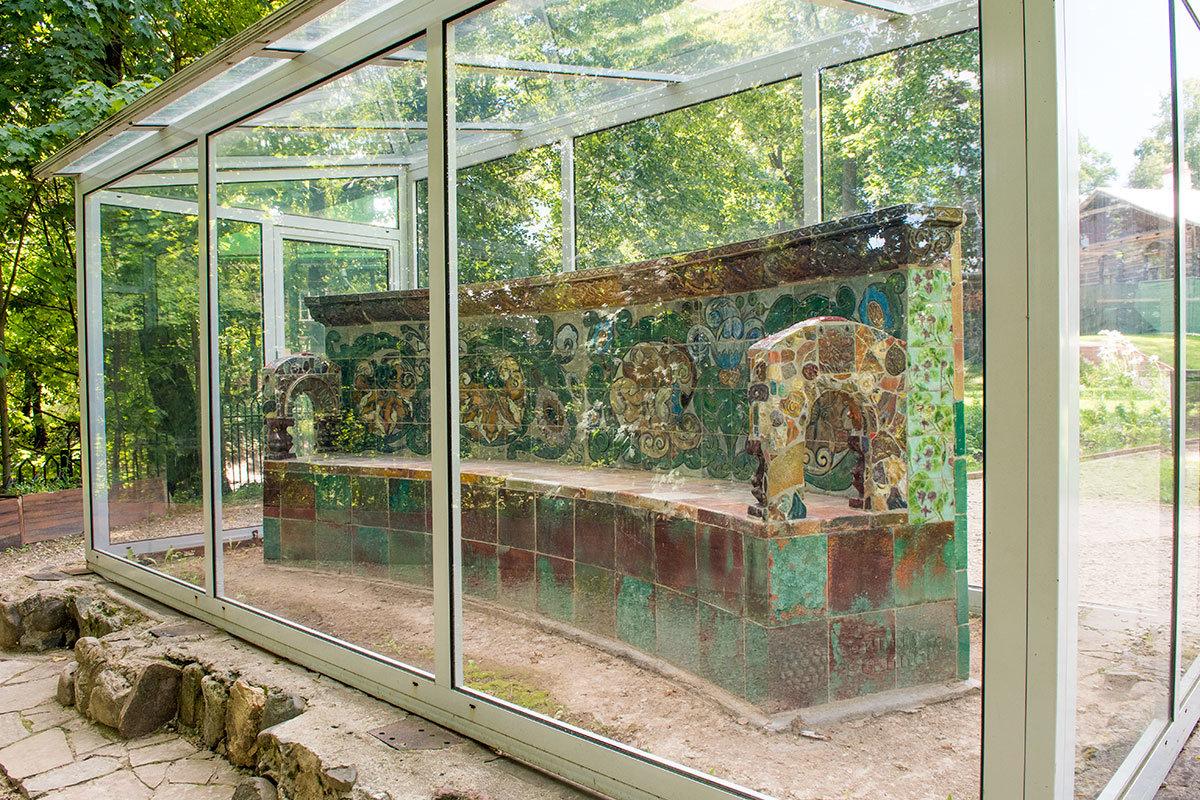 Выполненная великим Врубелем парковая скамья в усадьбе Абрамцево в целях долговременной сохранности заключены в прозрачную витрину.