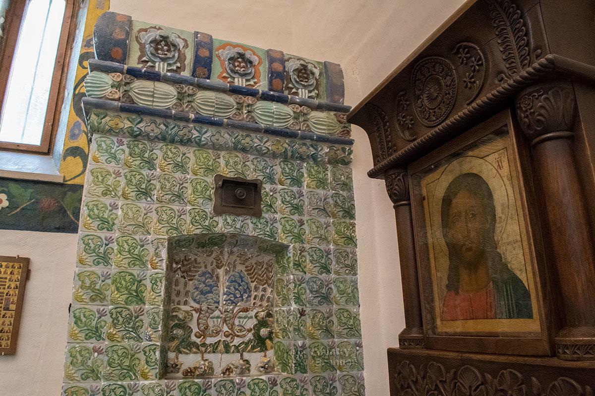 Выложенная изразцами печь в церкви Спаса Нерукотворного усадьбы Абрамцево.
