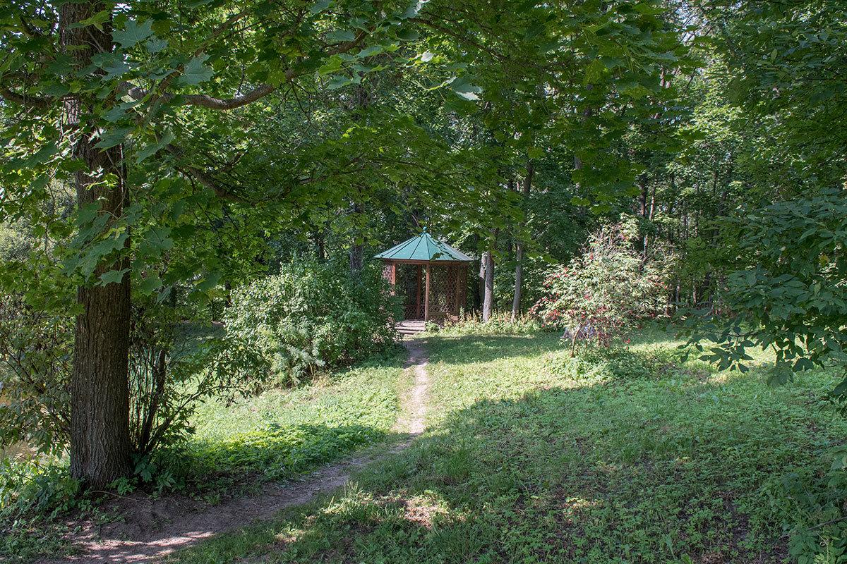 Восстановленная на средства президентского гранта парковая беседка Храм удовольствий, названная так хозяином усадьбы Болотова.