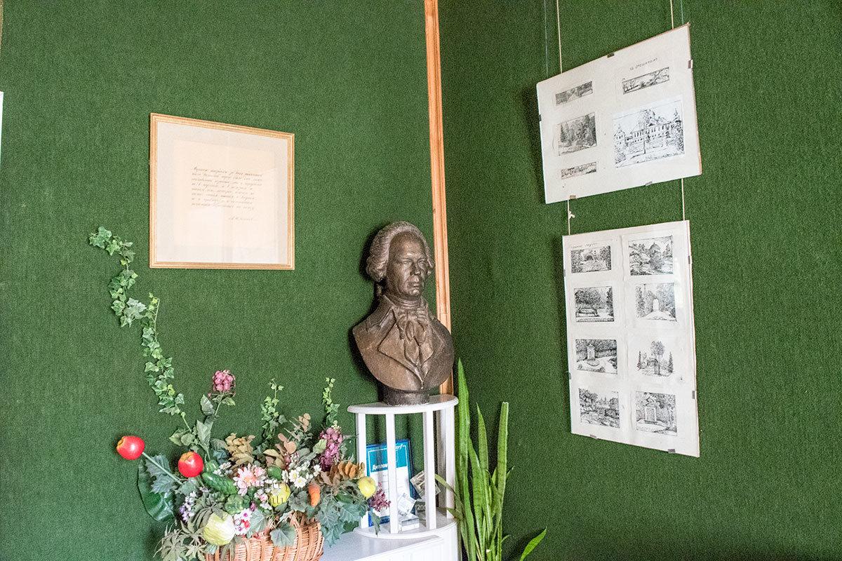 Вводный зал экспозиции усадьбы Болотова – бюст хозяина поместья, основные данные его богатейшей биографии.