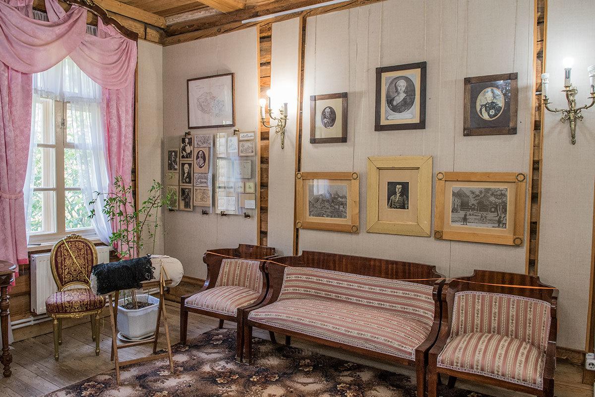Предметы меблировки и интерьер Девичьего зала усадьбы Болотова иллюстрируют деревенскую жизнь давней эпохи.