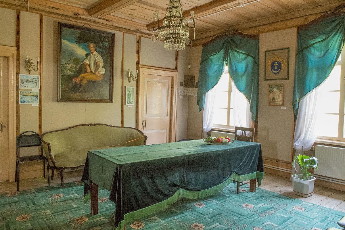 Оформление помещения столовой в усадьбе Болотова выдержано в различных оттенках зеленого цвета.