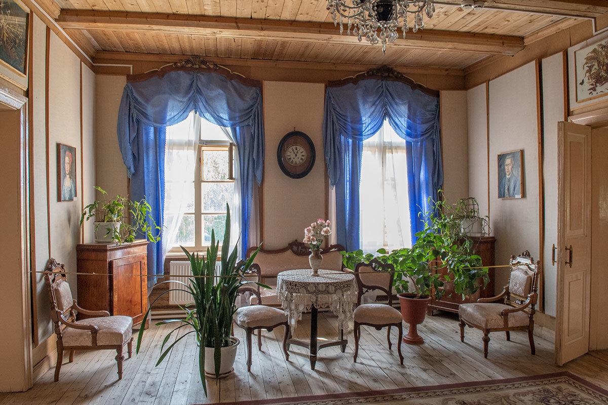 Портреты Андрея Тимофеевича и его супруги, проживших вместе 70 долгих лет, украшают гостиную усадьбы Болотова.