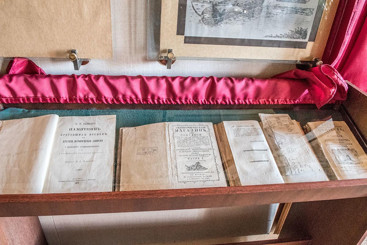 Бесценные прижизненные издания произведений хозяина усадьбы Болотова в отсутствие посетителей защищают от солнечных лучей.