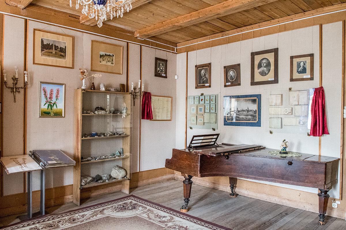 Рояль, исторические документы и витрина с минералогическими образцами в гостиной усадьбы Болотова говорят о широте интересов этого незаурядного человека.