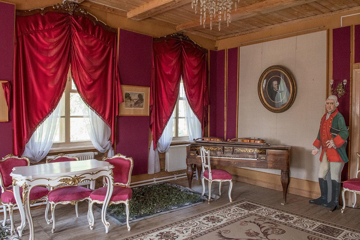 Антикварная фисгармония и разрисованная фигура хозяина усадьбы Болотова встречают посетителей в Большом зале.