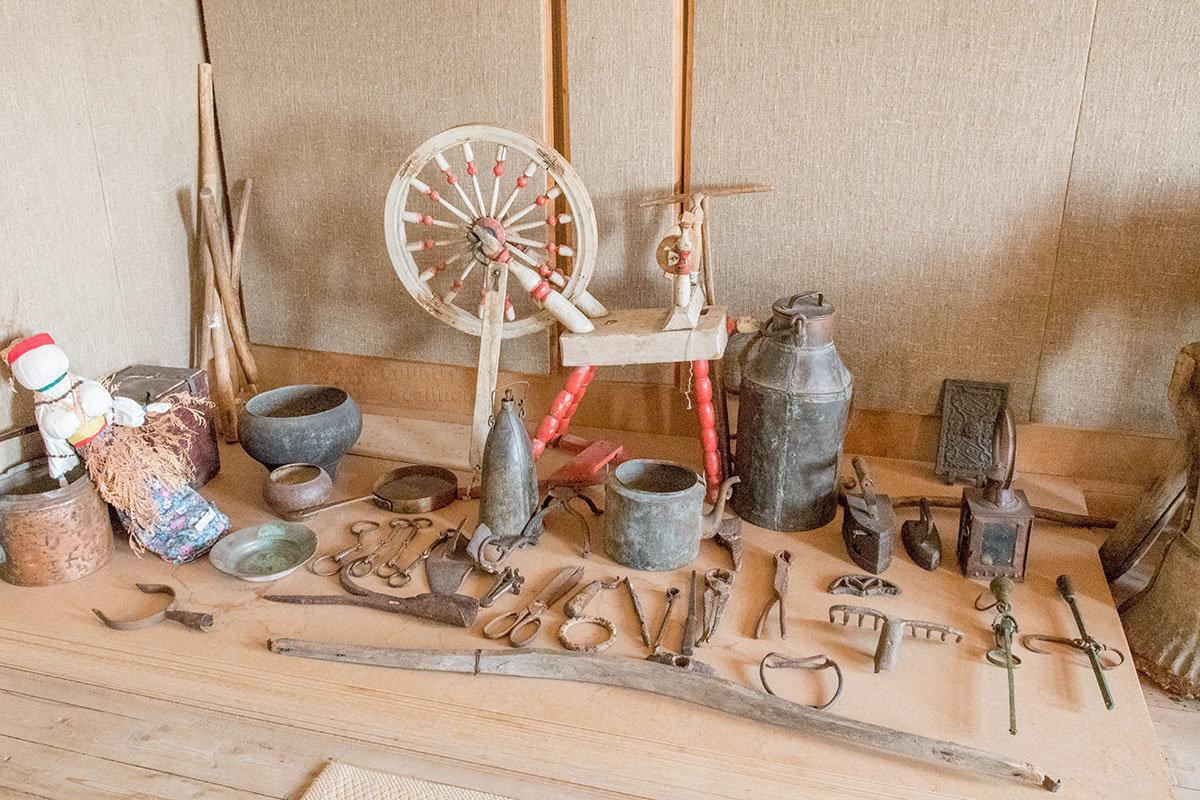 Ближнее рассмотрение экспозиции зала народного быта и ремесел усадьбы Болотова показывает разнообразие изделий и утвари.