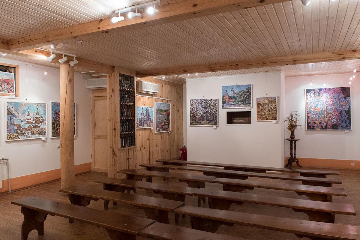 Зал показа диорамы в Адмиралтействе усадьбы Поленова отделан простой древесиной, только стены оштукатурены, сохранен прежний колорит.