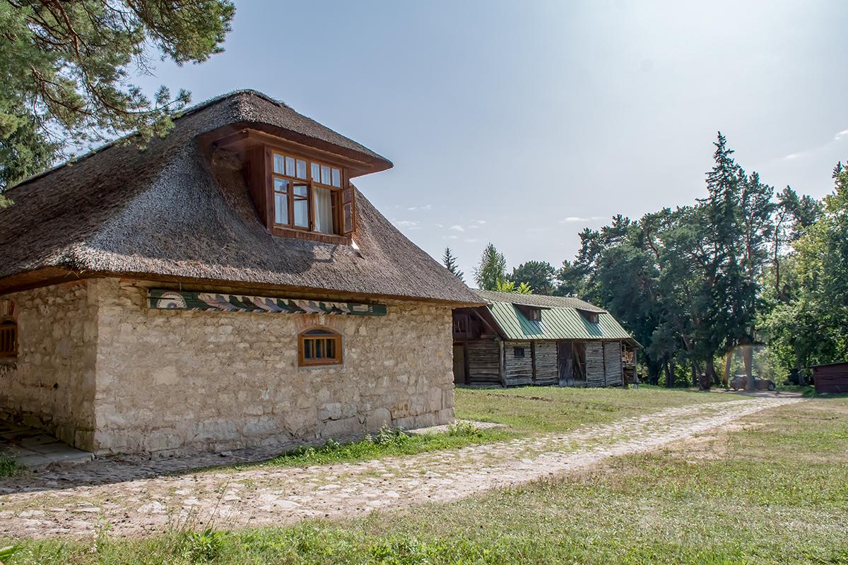 Построенная по проектам самого живописца, усадьба Поленова содержит не только семейный особняк, но и многочисленные хозяйственные постройки.