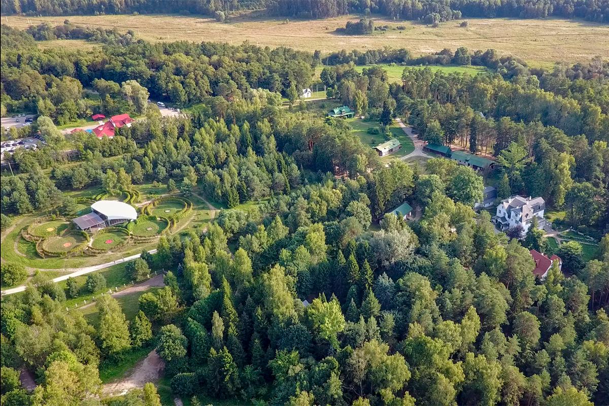 Взаимное расположение отдельных строений, слагающих усадьбу Поленова, иллюстрирует высотная фотография нашего летающего ассистента.