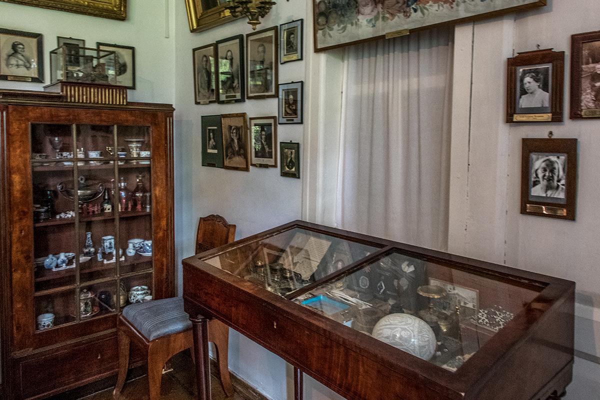 Помещение под названием Портретная в усадьбе Поленова посвящено и многочисленным членам семьи, и богатым историческим коллекциям.
