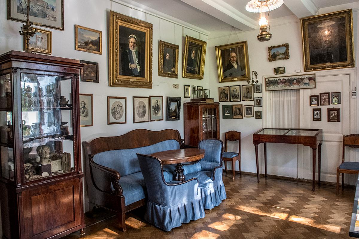 Некоторые помещения усадьбы Поленова имеют специфические названия, присвоенные ее основателем и отражающие суть, как Портретная.