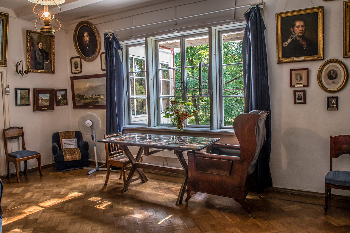 Под подоконником широкого оконного проема в Портретной усадьбы Поленова приметен оригинальный стол со столешницей из поделочных камней.