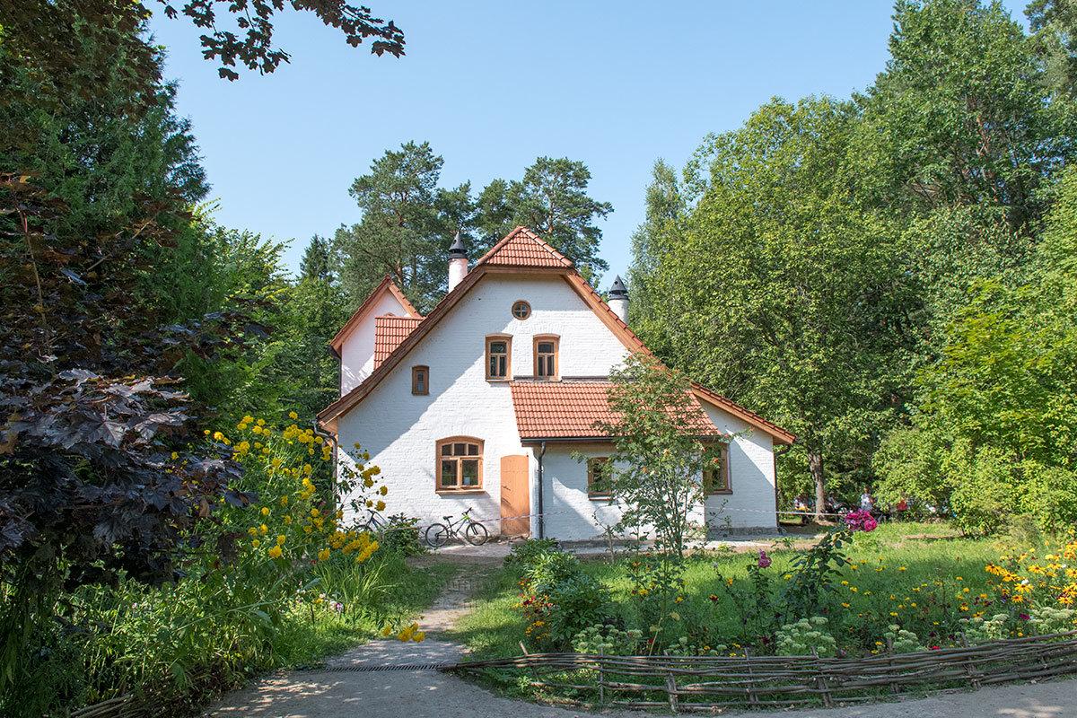 Более удобную, лучше освещенную мастерскую в усадьбе Поленова ее хозяин построил в 1904 году, при этом назвав за очертания Аббатством.