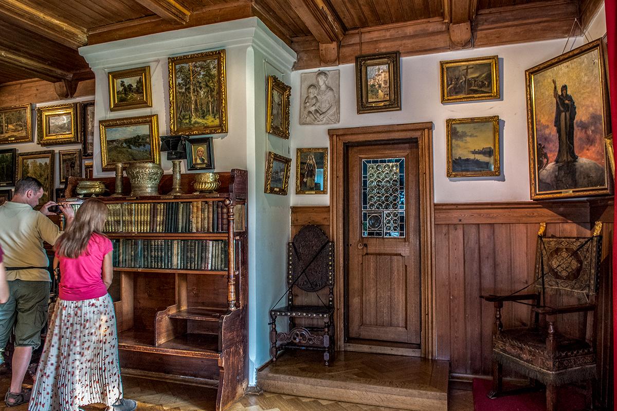 Помещение Библиотеки в усадьбе Поленова содержит не только коллекцию старинных фолиантов, но и множество живописных полотен.